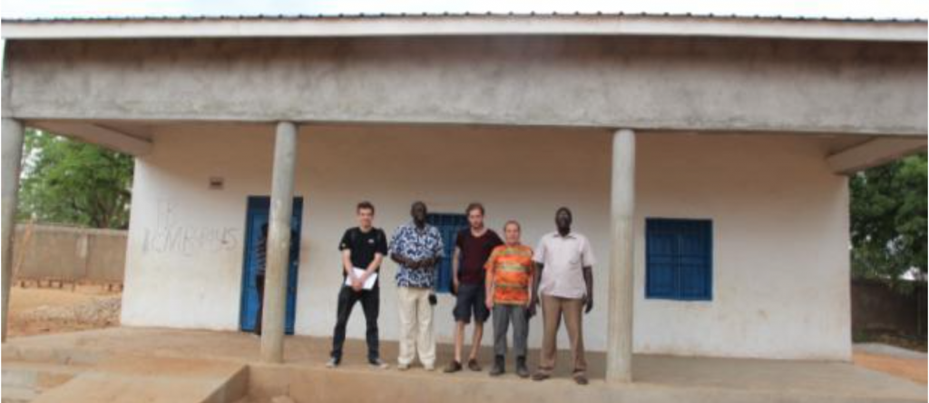 Unsere Gruppe vor dem renovierten Schulgebäude